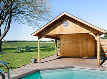 terrasse bois couverte par auvent d un pool house cottage Concept Abri